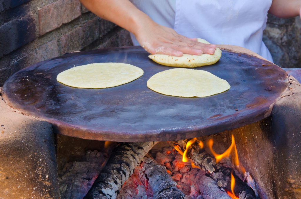 La nixtamalización del maíz es un proceso que consiste en cocer el grano de maíz en una solución alcalina utilizando la cal
