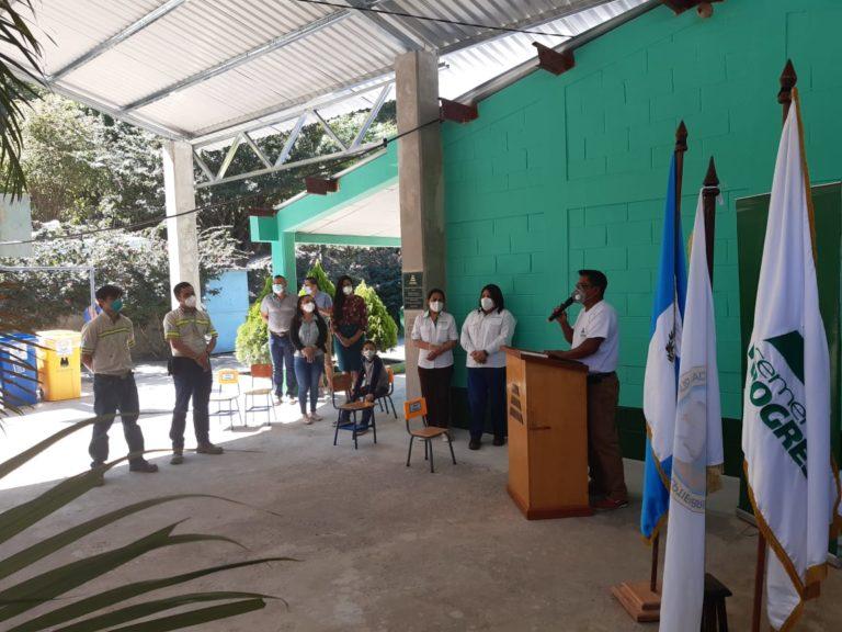 Alumnos de primaria en aldea Cucajol con nueva infraestructura cempro cementos progreso guatemala