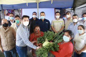 Agricultores de San Juan Sacatepéquez y delegados del Mineduc, MARN y Progreso