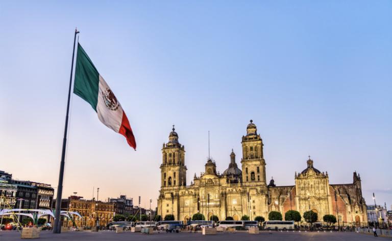 zocalo de la ciudad de mexico electronova bandera mexicana progreso latam