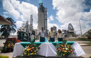 Embajador de Estados Unidos William Popp y Directora USAID Anu Rajaraman visitan planta san gabriel san juan sacatepequez