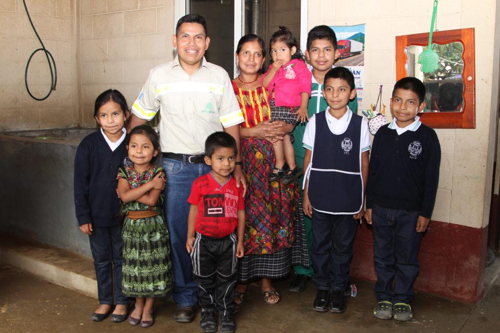 ramon iquic y su familia juntos por tu hogar cementos progreso
